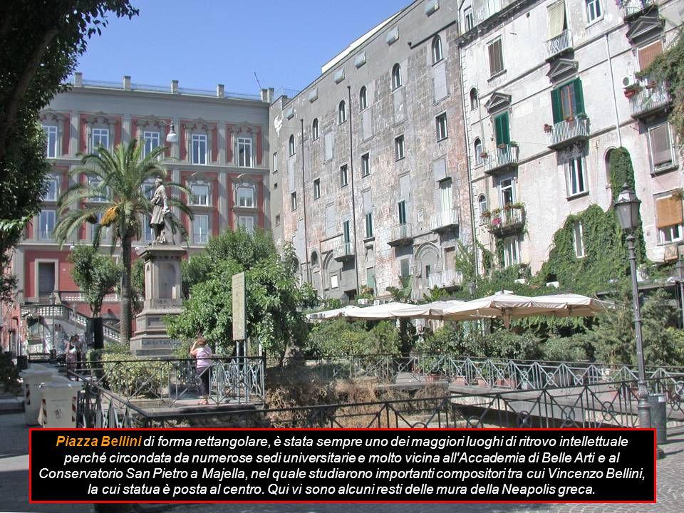 Piazza Nazionale è sita nel quartiere Vicaria a ridosso del quartiere Poggioreale con pianta ottagonale dove confluiscono undici strade che si sviluppano sull asse est-ovest e sud-nord.