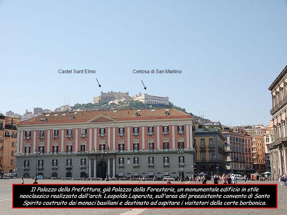 Il Palazzo reale di notevole dimensione che si affaccia maestoso sull area monumentale di piazza del Plebiscito; nel corso della sua storia, divenne la residenza dei viceré spagnoli, di quelli austriaci e dei re di casa Borbone infine, dopo l Unità d Italia, fu residenza dei sovrani di casa Savoia.
