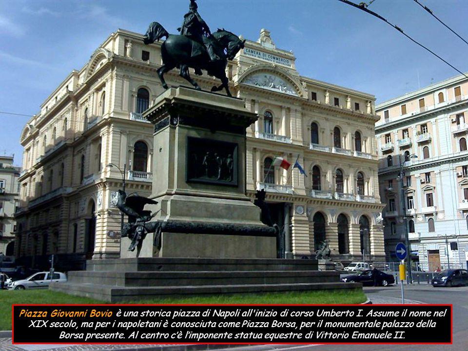 Piazza Bellini di forma rettangolare, è stata sempre uno dei maggiori luoghi di ritrovo intellettuale perché circondata da numerose sedi universitarie e molto vicina all Accademia di Belle Arti e al Conservatorio San Pietro a Majella, nel quale studiarono importanti compositori tra cui Vincenzo Bellini, la cui statua è posta al centro.