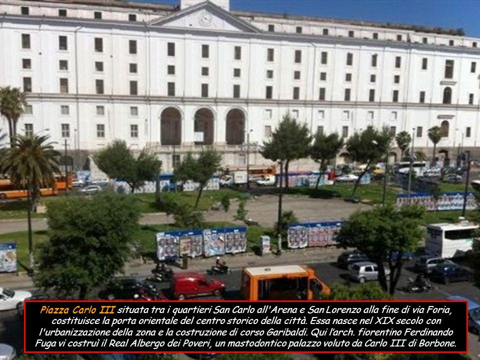 Piazza del Gesù Nuovo è tra quelle più importanti e famose, simbolo del centro storico.