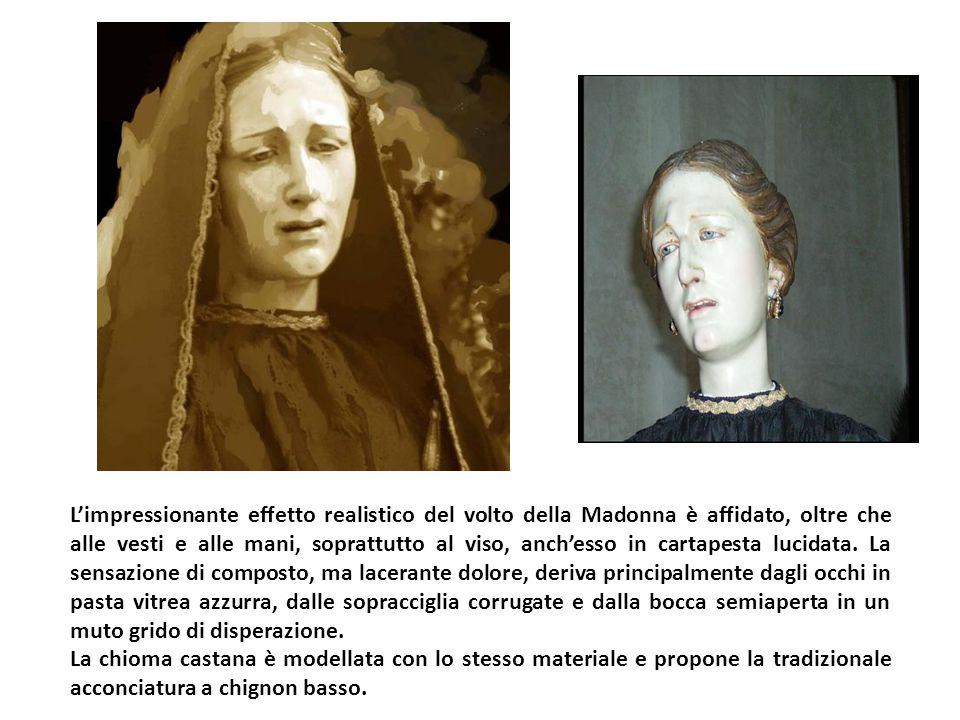 L'impressionante effetto realistico del volto della Madonna è affidato, oltre che alle vesti e alle mani, soprattutto al viso, anch'esso in cartapesta lucidata.