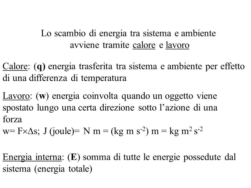 Lo scambio di energia tra sistema e ambiente avviene tramite calore e lavoro Calore: (q) energia trasferita tra sistema e ambiente per effetto di una