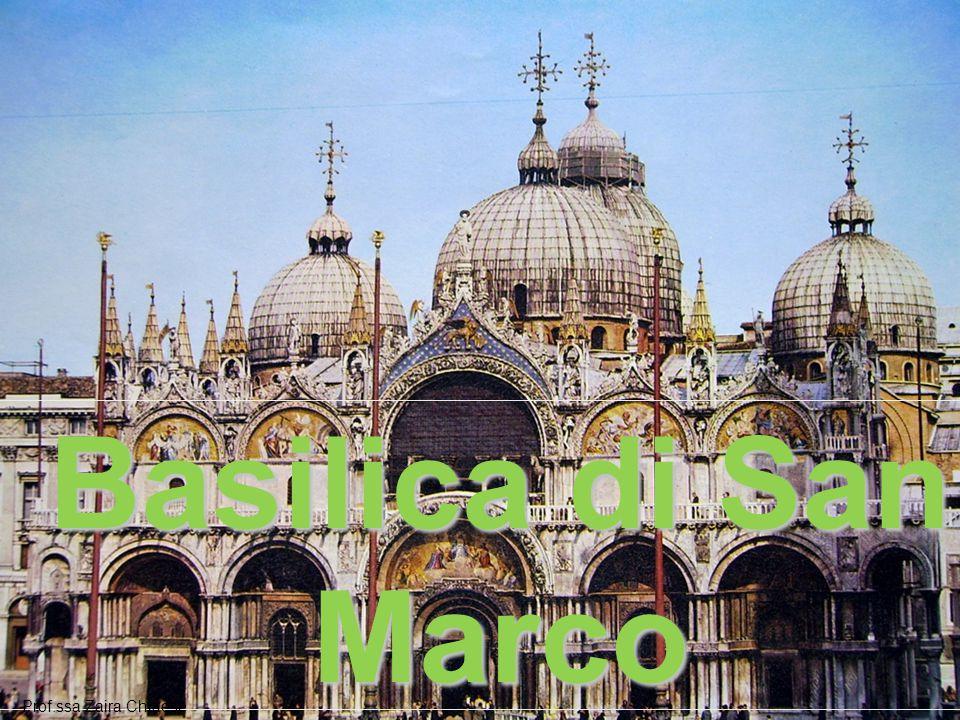 LA COSTRUZIONE  venne edificata sui resti delle due chiese precedenti  il doge ordinò la costruzione Siccome il palazzo dei Dogi si trova accanto, la chiesa è anche il luogo di sepoltura di molti dogi.
