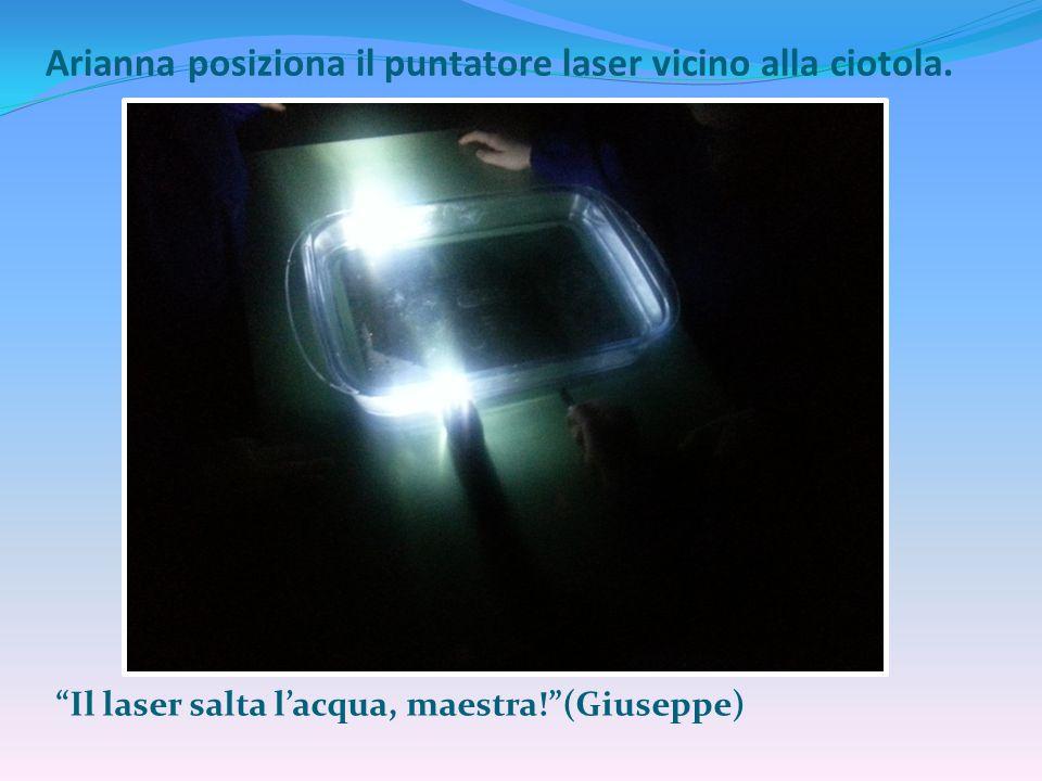 """Arianna posiziona il puntatore laser vicino alla ciotola. """"Il laser salta l'acqua, maestra!""""(Giuseppe)"""