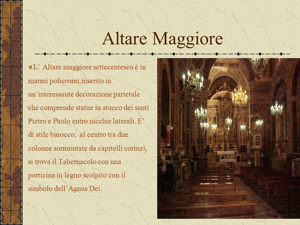 Altare Maggiore L' Altare maggiore settecentesco è in marmi policromi,inserito in un'interessante decorazione parietale che comprende statue in stucco