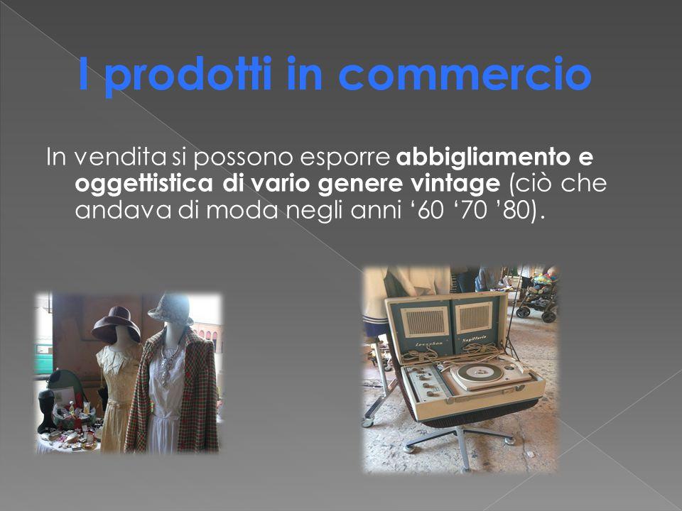 In vendita si possono esporre abbigliamento e oggettistica di vario genere vintage (ciò che andava di moda negli anni '60 '70 '80).