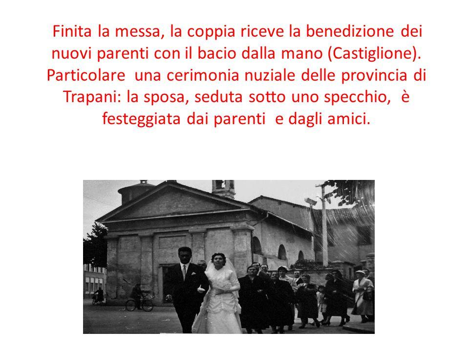 Finita la messa, la coppia riceve la benedizione dei nuovi parenti con il bacio dalla mano (Castiglione). Particolare una cerimonia nuziale delle prov