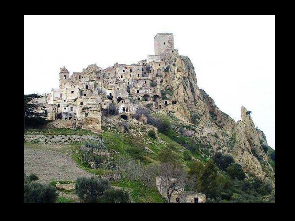 Craco (Matera) A causa di una frana nel 1963 Craco fu evacuata e l'abitato trasferito a valle, in località Craco Peschiera. Allora il centro contava o