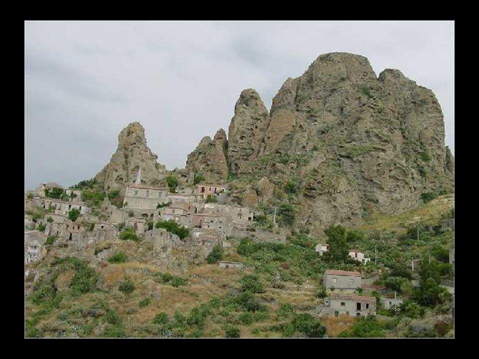 Pentidattilo (Reggio Calabria) Posto a 250 metri s.l.m. Pentedattilo sorge arroccato sulla rupe del Monte Calvario, dalla caratteristica forma che ric