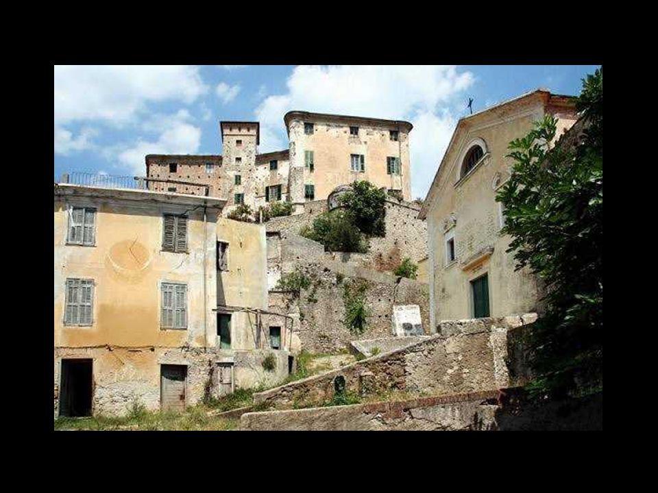 Balestrino (Savona) Solo il Castello rimane solidamente ancorato alla roccia, mentre tutto il vecchio paese è stato abbandonato nel 1962-1963 a seguit