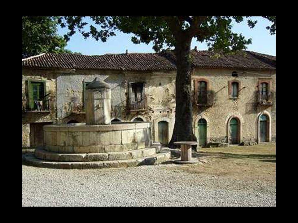 Roscigno (Salerno) Roscigno Vecchio, il centro storico, è una frazione completamente disabitataa da tempo a causa della presenza di diverse frane. Il