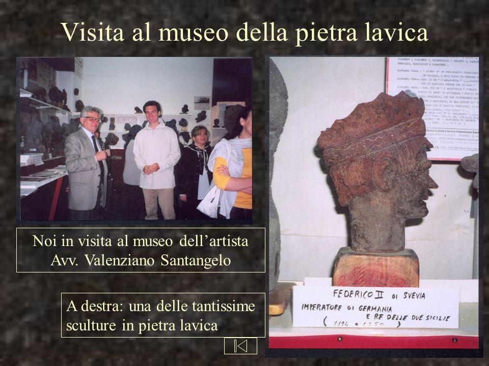 Visita al museo della pietra lavica Noi in visita al museo dell'artista Avv. Valenziano Santangelo A destra: una delle tantissime sculture in pietra l