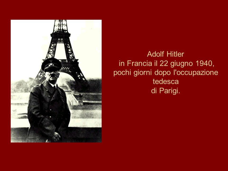 Adolf Hitler in Francia il 22 giugno 1940, pochi giorni dopo l'occupazione tedesca di Parigi.