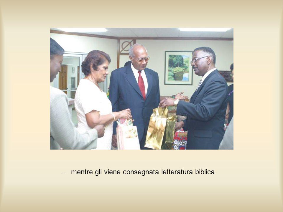 … mentre gli viene consegnata letteratura biblica.