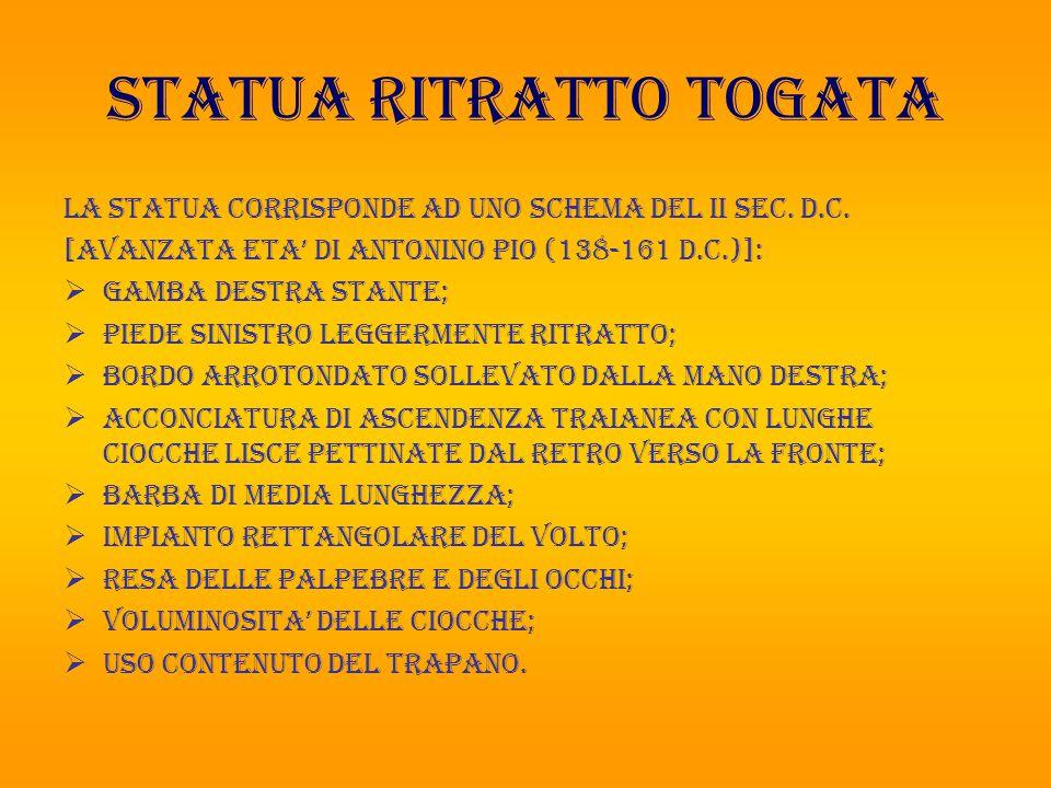 STATUA RITRATTO TOGATA LA STATUA CORRISPONDE AD UNO SCHEMA DEL II SEC. D.C. [AVANZATA ETA' DI ANTONINO PIO (138-161 D.C.)]:  GAMBA DESTRA STANTE;  P