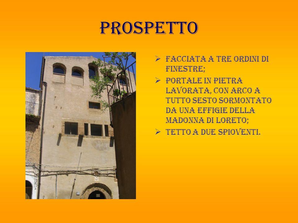prospetto  Facciata a tre ordini di finestre;  Portale in pietra lavorata, con arco a tutto sesto sormontato da una Effigie della madonna di Loreto;