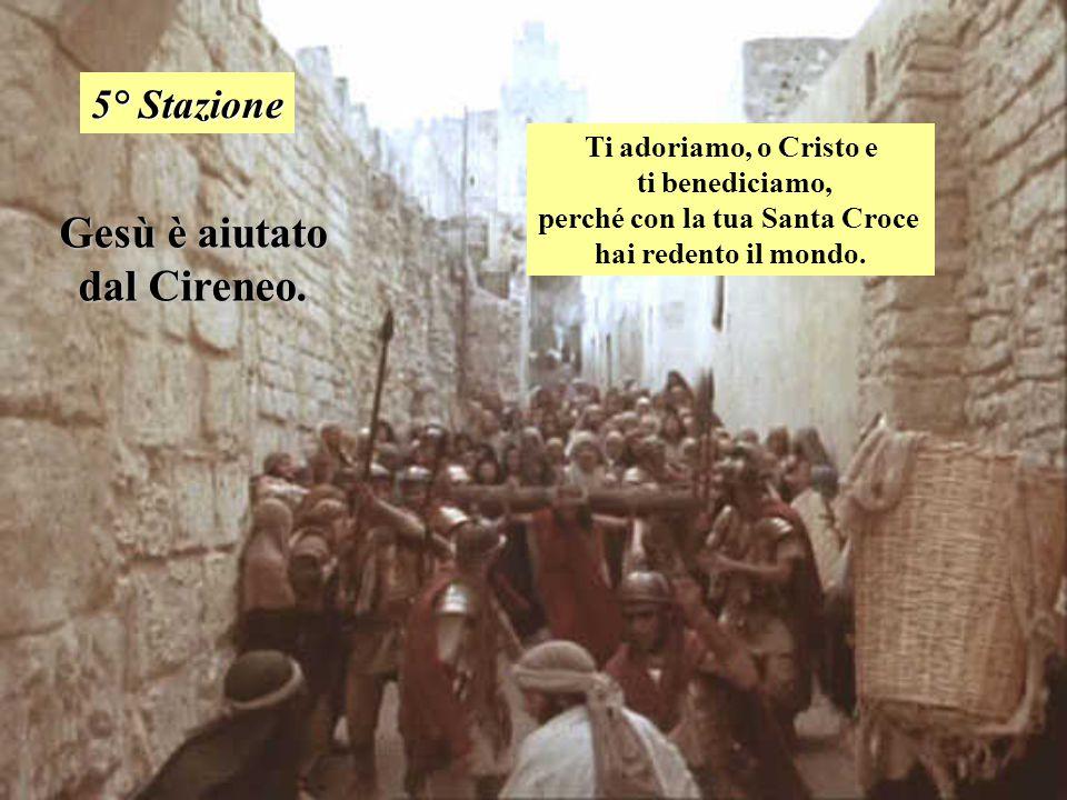 Gesù è aiutato dal Cireneo. 5° Stazione Ti adoriamo, o Cristo e ti benediciamo, perché con la tua Santa Croce hai redento il mondo.