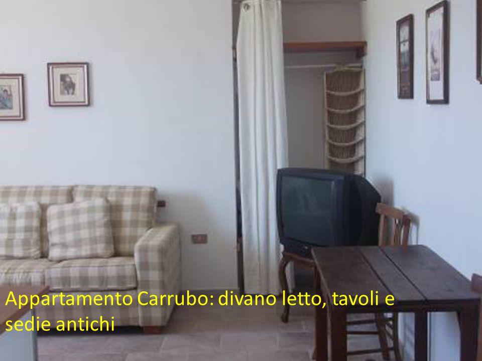Appartamento Carrubo: divano letto, tavoli e sedie antichi