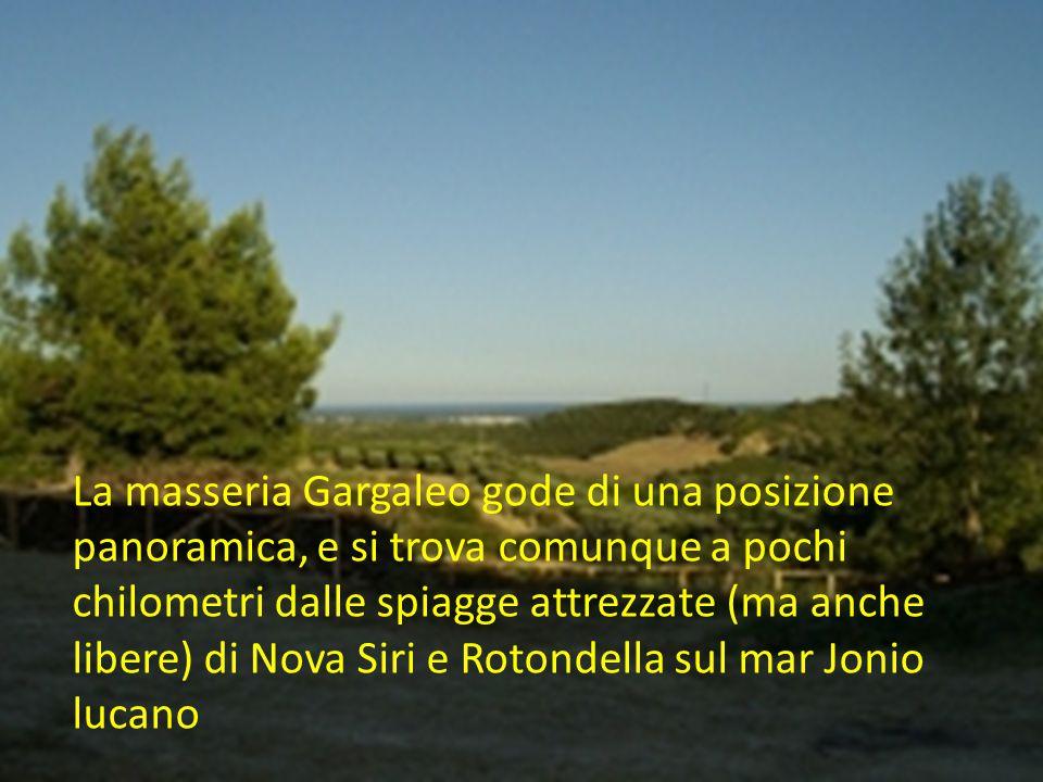 La masseria Gargaleo gode di una posizione panoramica, e si trova comunque a pochi chilometri dalle spiagge attrezzate (ma anche libere) di Nova Siri