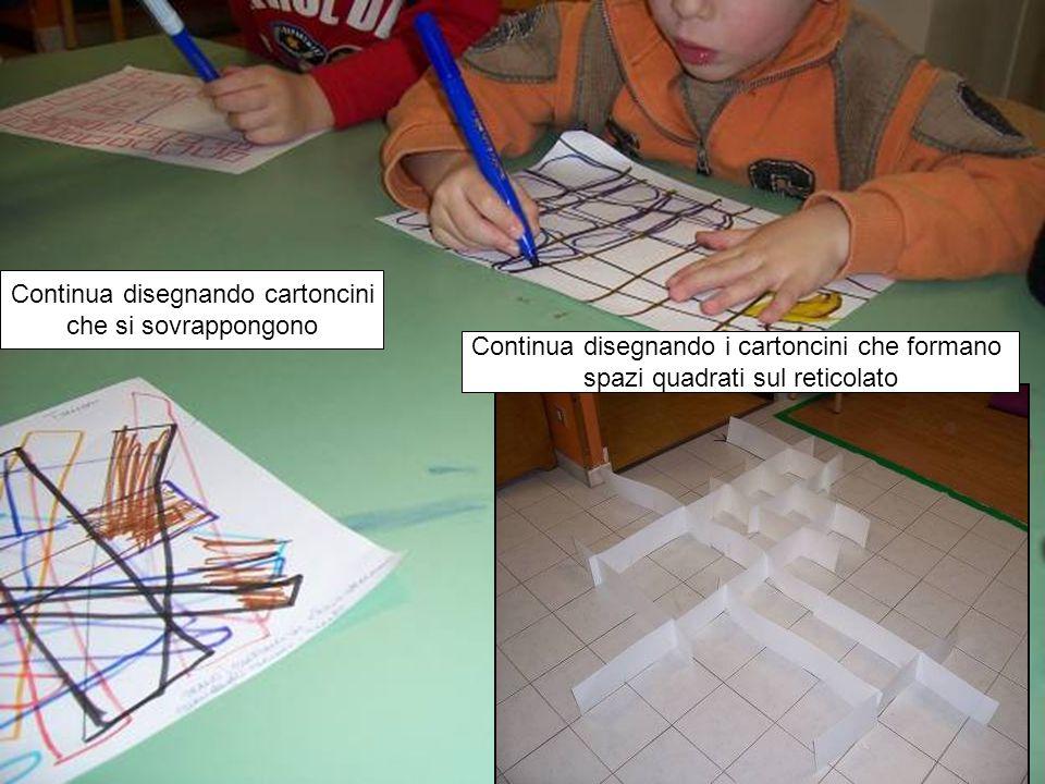 Continua disegnando cartoncini che si sovrappongono Continua disegnando i cartoncini che formano spazi quadrati sul reticolato