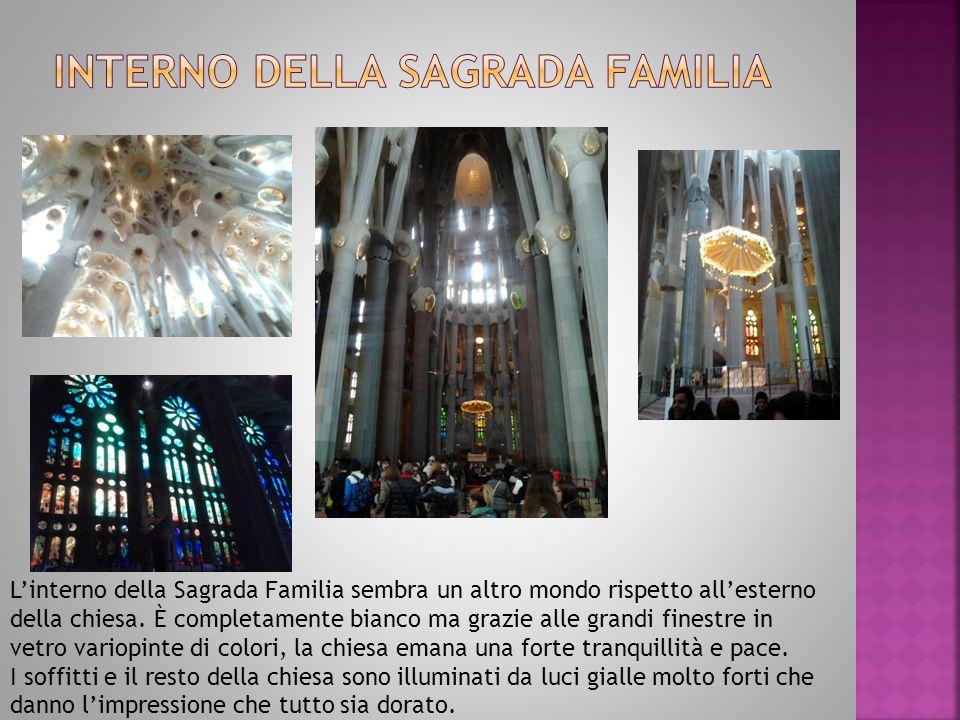 L'interno della Sagrada Familia sembra un altro mondo rispetto all'esterno della chiesa.