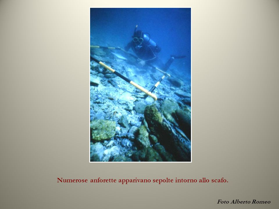 Foto Alberto Romeo Numerose anforette apparivano sepolte intorno allo scafo.
