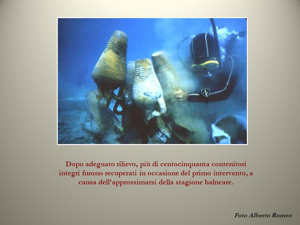 Foto Alberto Romeo Dopo adeguato rilievo, più di centocinquanta contenitori integri furono recuperati in occasione del primo intervento, a causa dell approssimarsi della stagione balneare.