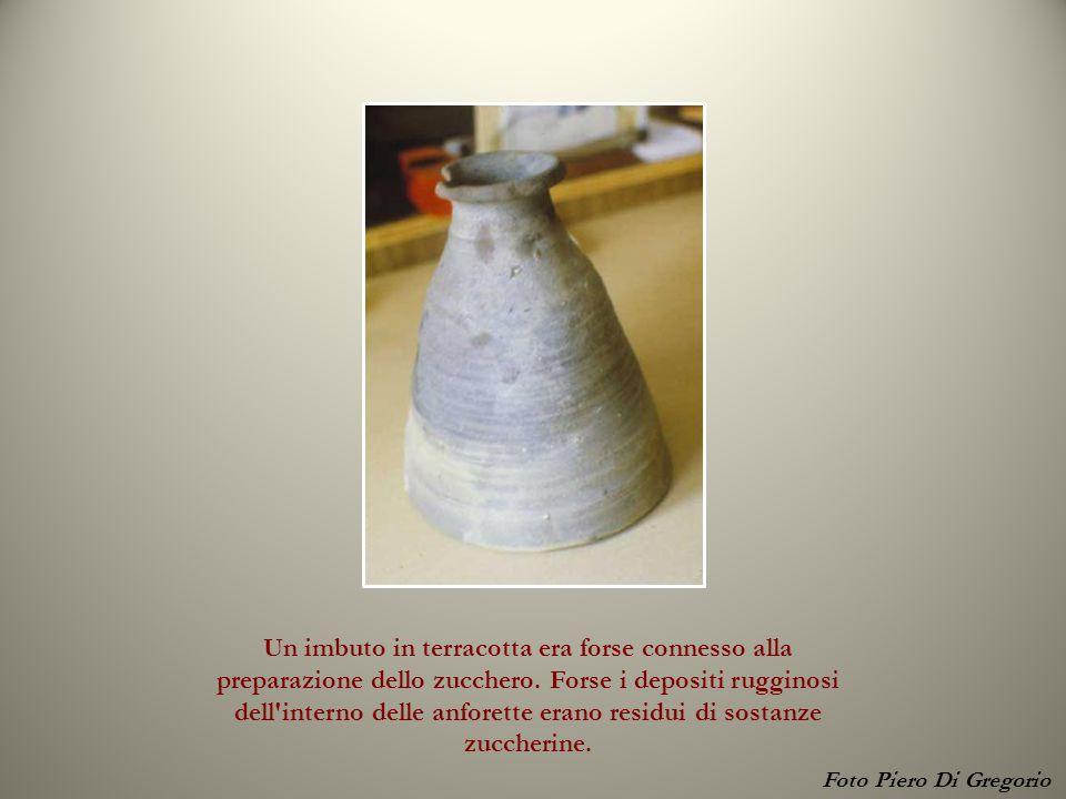 Un imbuto in terracotta era forse connesso alla preparazione dello zucchero. Forse i depositi rugginosi dell'interno delle anforette erano residui di
