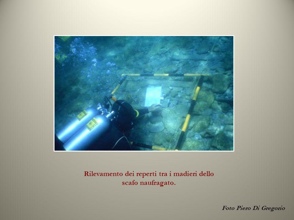 Foto Piero Di Gregorio Rilevamento dei reperti tra i madieri dello scafo naufragato.