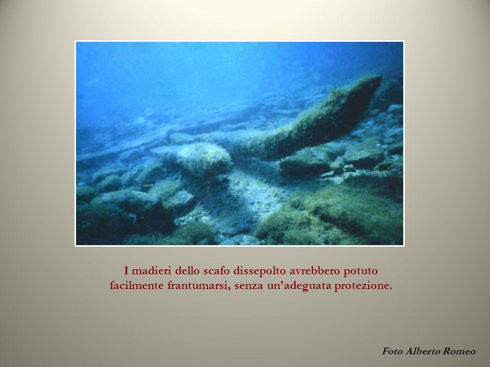 Foto Alberto Romeo I madieri dello scafo dissepolto avrebbero potuto facilmente frantumarsi, senza un adeguata protezione.