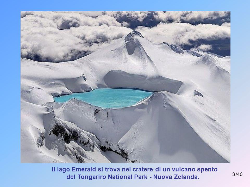 3 /40 Il lago Emerald si trova nel cratere di un vulcano spento del Tongariro National Park - Nuova Zelanda.