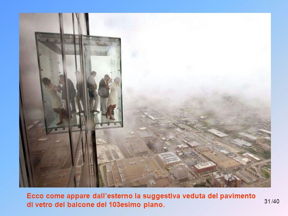 30 /40 Impressionante e suggestiva veduta dal pavimento di vetro di un balcone del 103esimo piano di un fabbricato di Chicago.