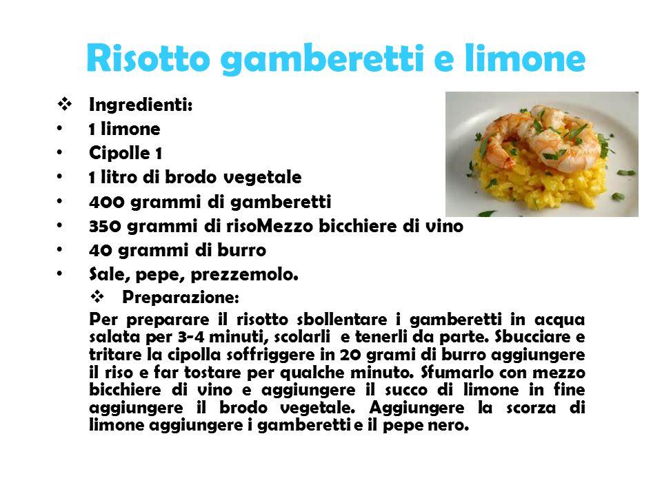 Risotto gamberetti e limone  Ingredienti: 1 limone Cipolle 1 1 litro di brodo vegetale 400 grammi di gamberetti 350 grammi di risoMezzo bicchiere di vino 40 grammi di burro Sale, pepe, prezzemolo.