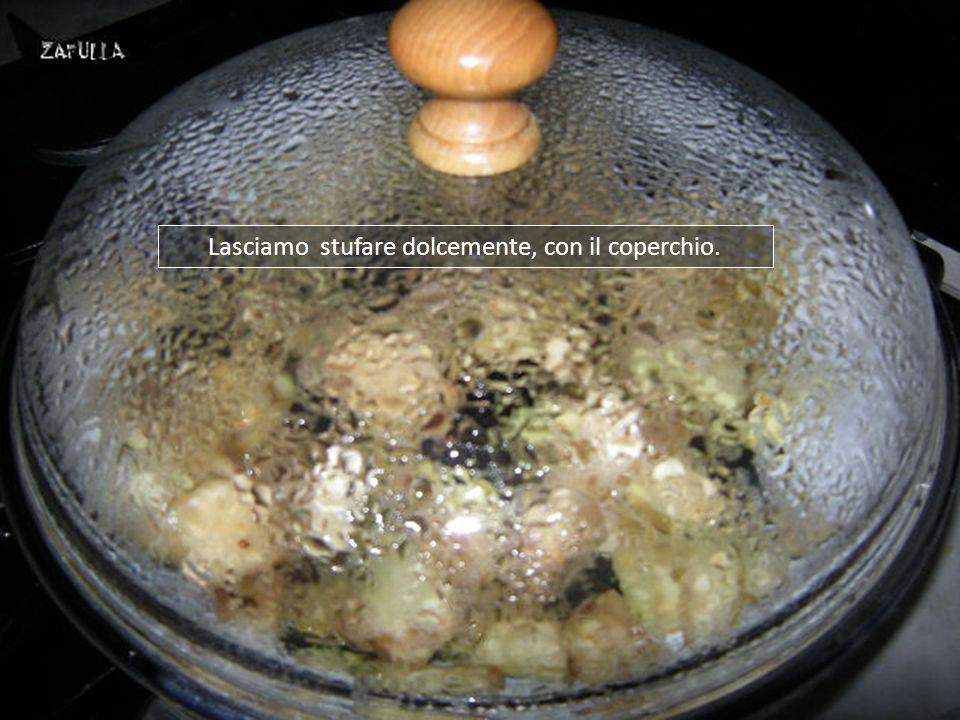 Ora mettiamo le melanzane in padella, rimestando velocemente, senza aggiungere sale perché si saranno già insaporite durante il tempo di macerazione;