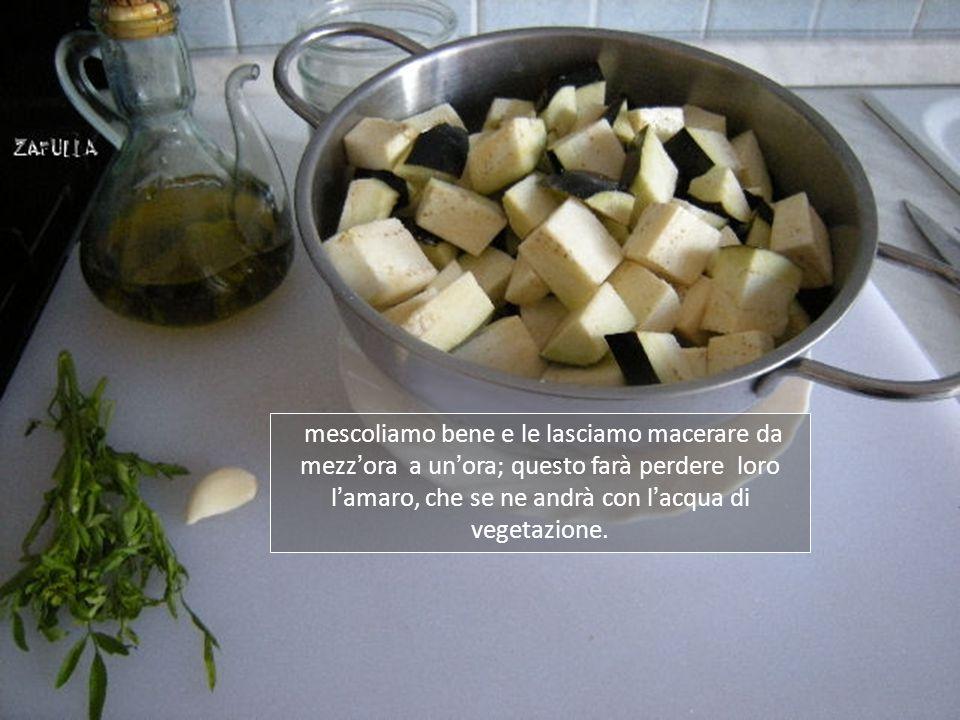 Ora mettiamo i quadrotti di melanzana in una insalatiera e spolverizziamo di sale,