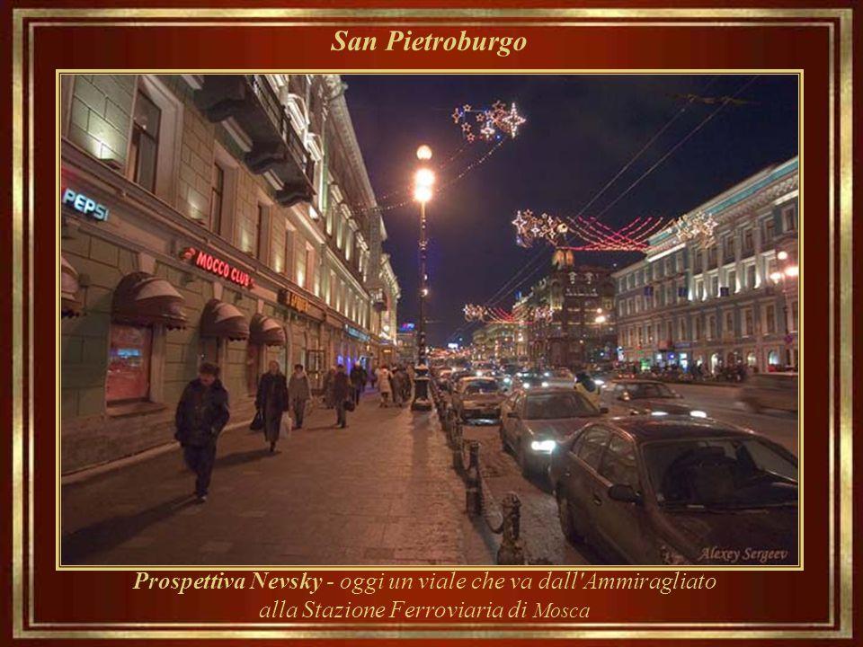 San Pietroburgo Nevsky Prospekt, o la Neva, è la strada principale, progettato da Pietro il Grande all'inizio della strada per Novgorod e Mosca.