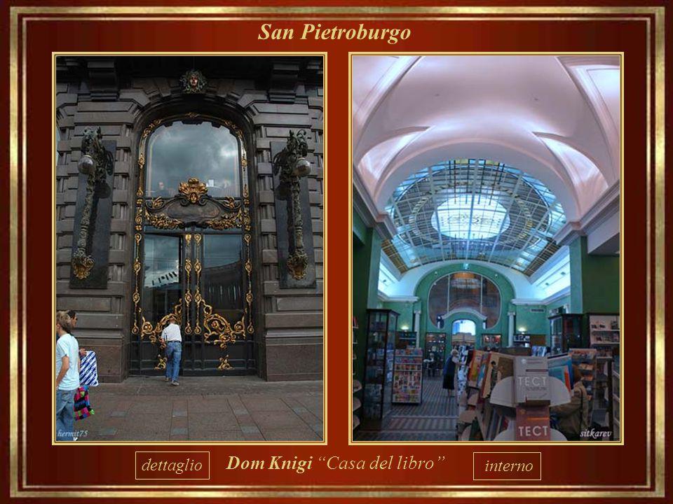 """San Pietroburgo """"Dom Knigi""""o """"casa del libro"""", situata nell'edificio in stile Liberty che fu la Singer"""