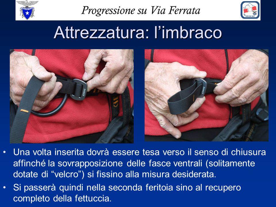 Attrezzatura: l'imbraco Una volta inserita dovrà essere tesa verso il senso di chiusura affinché la sovrapposizione delle fasce ventrali (solitamente
