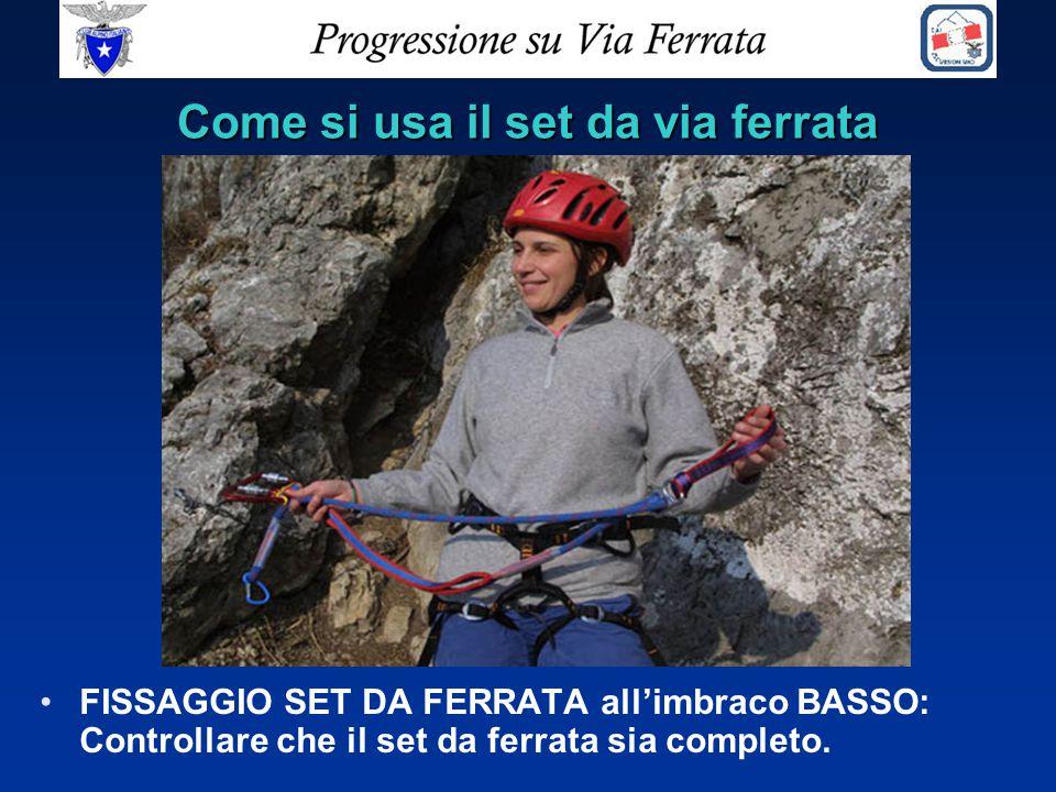 Come si usa il set da via ferrata FISSAGGIO SET DA FERRATA all'imbraco BASSO: Controllare che il set da ferrata sia completo.