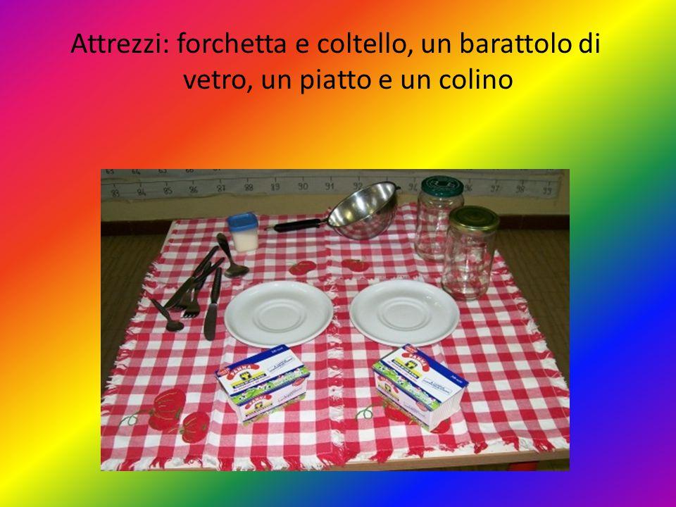 Attrezzi: forchetta e coltello, un barattolo di vetro, un piatto e un colino