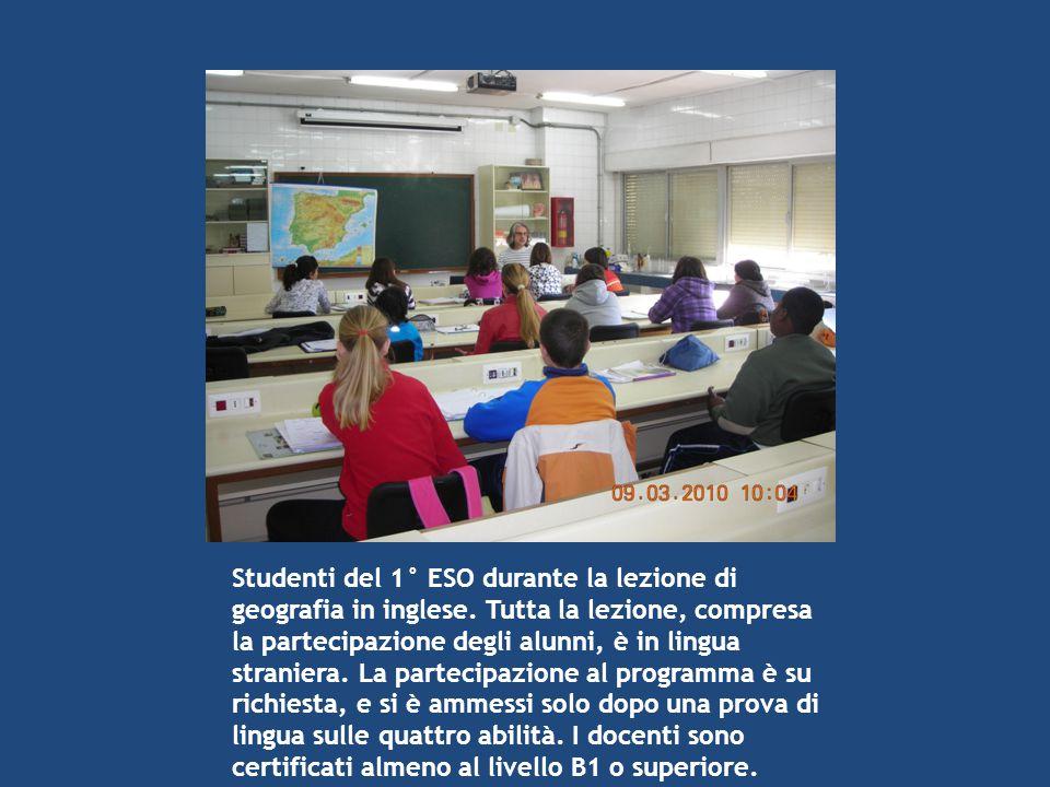 Studenti del 1° ESO durante la lezione di geografia in inglese. Tutta la lezione, compresa la partecipazione degli alunni, è in lingua straniera. La p