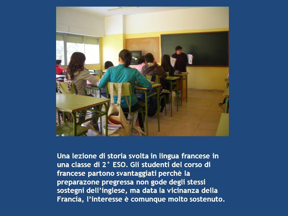 Una lezione di storia svolta in lingua francese in una classe di 2° ESO. Gli studenti del corso di francese partono svantaggiati perchè la preparazone
