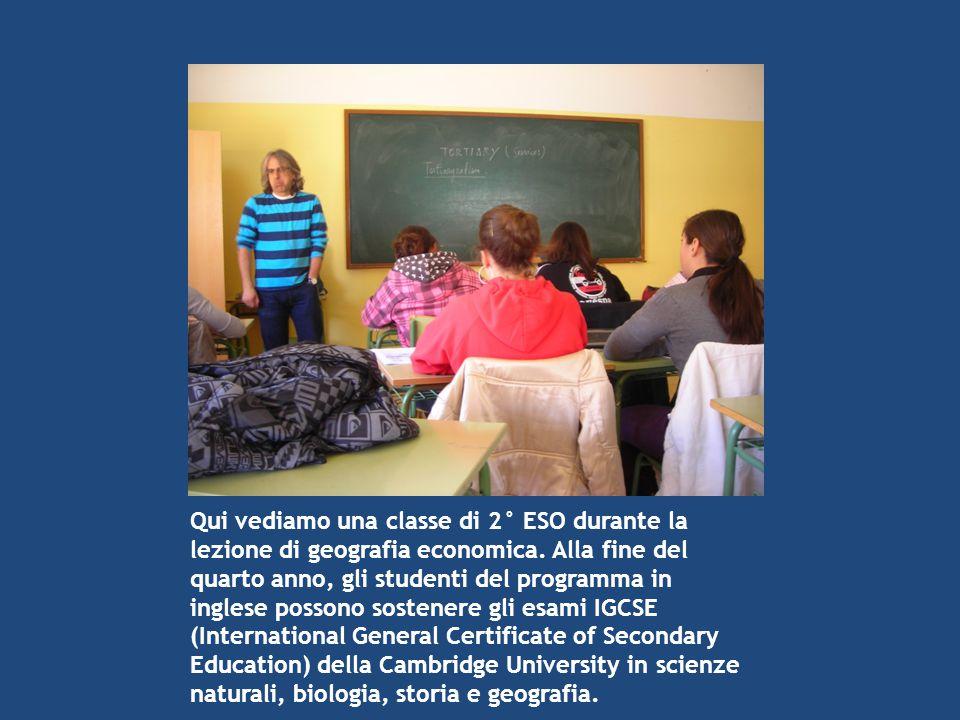 Qui vediamo una classe di 2° ESO durante la lezione di geografia economica. Alla fine del quarto anno, gli studenti del programma in inglese possono s