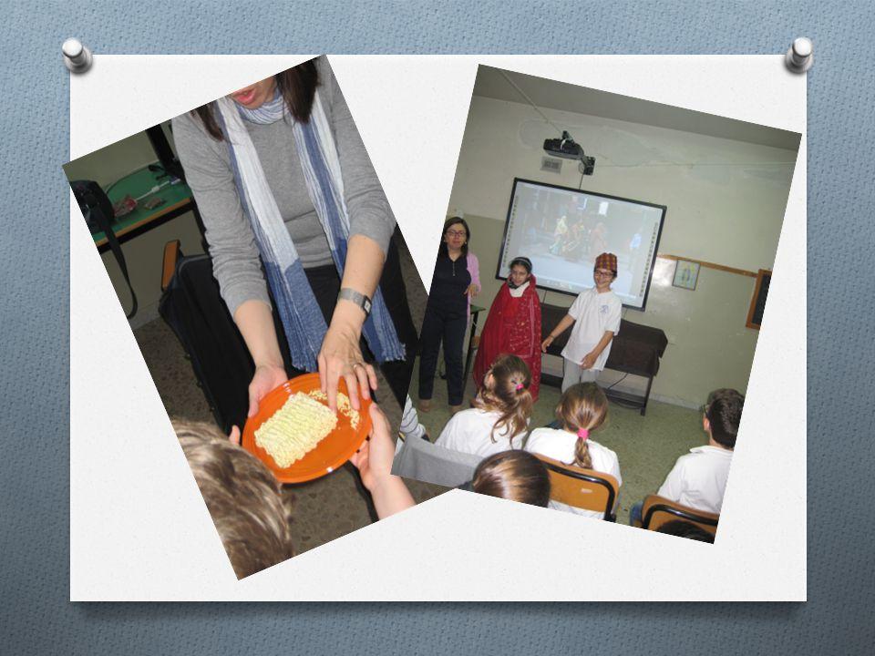 ORA CONOSCIAMO IL NEPAL Una responsabile dell'Associazione I colori del mondo , la dott.ssa Paola Fini, ha mostrato delle immagini di scuole; ha parlato delle tradizioni religiose del Nepal; ha mostrato i tipici indumenti di quel paese, invitando i bambini a indossarli; ha parlato dei giochi e dei cibi.