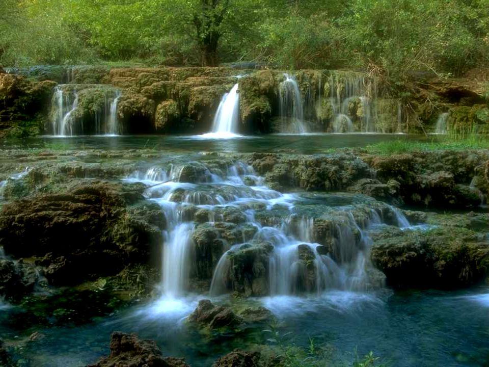 Niente è più dolce e, al medesimo tempo, tanto forte come l'acqua, che scorre decisa e lentamente, con la consapevolezza di avere il medesimo destino dell'uomo: andare avanti.