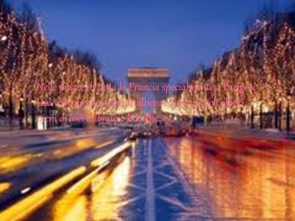 Nelle piazze di tutta la Francia specialmente a Parigi si Usa costruire un grande albero o tanti piccoli alberi pieni di luci colorate o bianche.