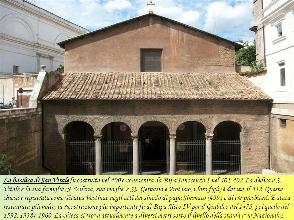 La basilica di Santa Prassede è situata nel rione Monti. L'entrata principale è utilizzata raramente, mentre è usata abitualmente l'entrata secondaria