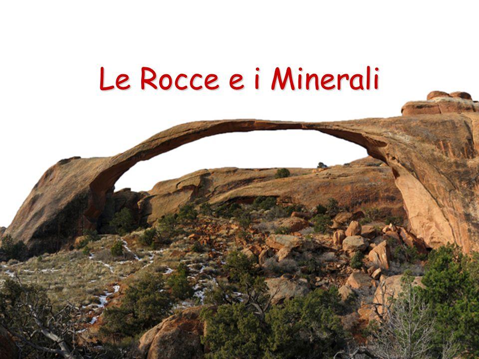Le Rocce Sedimentarie Le rocce sedimentarie sono il risultato di un complesso di fenomeni che si compone di: 1.erosione da parte degli agenti esogeni (acqua, vento, temperatura...) di rocce preesistenti; 2.trasporto dei sedimenti da parte di acqua, ghiaccio, vento, gravità..