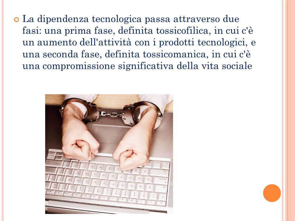La dipendenza tecnologica passa attraverso due fasi: una prima fase, definita tossicofilica, in cui c'è un aumento dell'attività con i prodotti tecnol