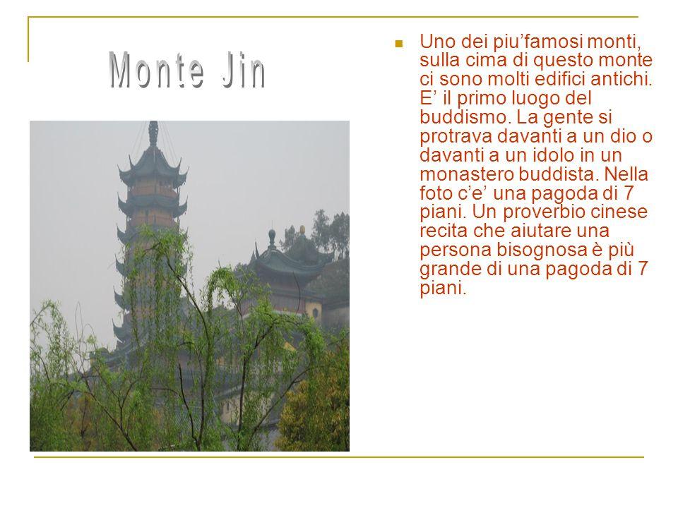 Monte Jiao Un'altro monte famoso.Ci sono anche degli edifici antichi.